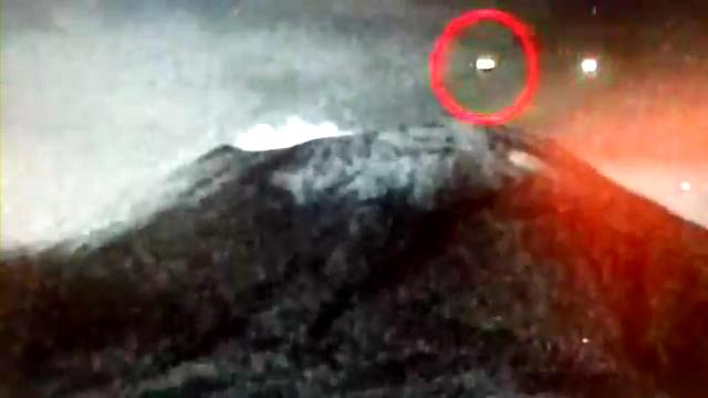 OVNI entra al volcán Popocatépetl - 30.MAYO.2013(360p_H.264-AAC).mp4_000000333