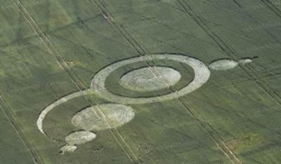 un-cercle-de-culture-visible-seulement-depuis-le-ciel-a-fait-son-apparition-dans-un-champ-_