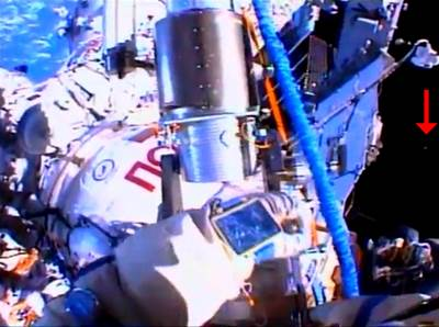 UFO Seen on livecam ISS During Space Walk 8_16_2013(480p_H.264-AAC).flv_000028395