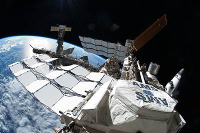 800px-STS-135_EVA_Ron_Garan_looks_across_the_stationpequeña